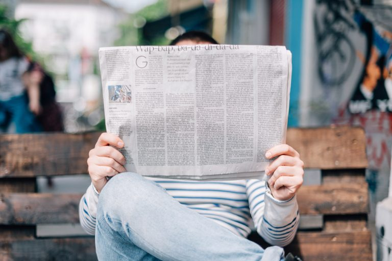 Joven con periódico